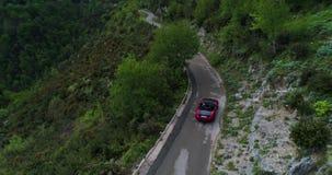 För bilinflyttning för röd sport konvertibel Amalfi kust stock video