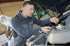 För bilreparation för auto mekaniker service fotografering för bildbyråer