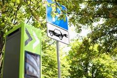 För bilstation för elektrisk laddning stor design för arkivfoto