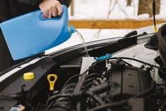 För bilvinter för man hällande vätska för packning för vindruta Royaltyfri Bild