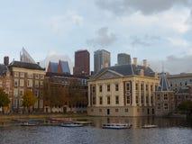 För Binnenhof för Mauritshuis museum moderna skyskrapor för historisk iand byggnader av Haag i bakgrund arkivfoto
