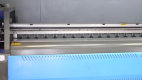 För bläckstråletryckpress för stort format anseende i det utskrivande seminariet Panorama av den industriella skrivaren 4K stock video