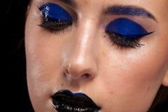 För blåttmode för härlig kvinna bärande smink med svarta kanter Royaltyfria Foton