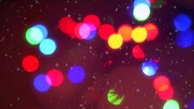 För blinkajul för Closeup som färgrik bakgrund för bokeh för ljus för girland omges av fallande snöflingor stock video