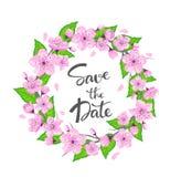 För blommavåren för den körsbärsröda blomningen kransen med gräsplansidor och skriftlig bokstäver för hand sparar datumet Royaltyfri Foto