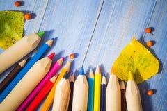 För blyertspennahöst för tappning bakgrund färgad tabell för blått för frukter Royaltyfria Foton