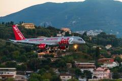 För Boeing 757 för flygbolag Jet2 en landning flygplan på den Korfu ön, Gre Arkivbilder