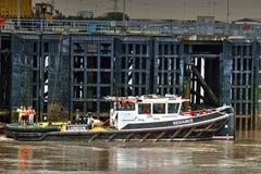 För bogserbåt pir tillsammans med på flodThemsen UK Royaltyfria Foton