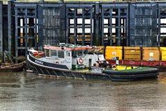 För bogserbåt pir tillsammans med på flodThemsen UK Arkivfoton