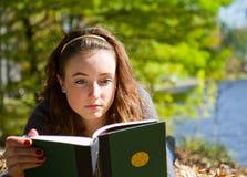 för bok som flicka ner lägger avläsning Arkivfoto