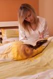 för bokavläsning för underlag blont barn för kvinna Royaltyfri Foto