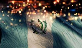 För Bokeh för natt för Guatemala nationsflaggaljus bakgrund abstrakt begrepp Arkivbild