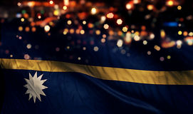 För Bokeh för natt för Nauru nationsflaggaljus bakgrund abstrakt begrepp Arkivfoton