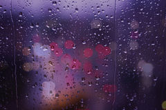 För bokehgata för regnig dag trafikljus Arkivbild