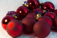 För bolljulgran för jul röd closeup Royaltyfri Fotografi