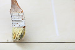 För borsteabc-bok för renovering hemmastadd grout av resistenta tegelplattor Arkivfoto