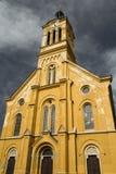 För bottenlägevinkel för kristen kyrka sikt med dramatisk himmel royaltyfri foto