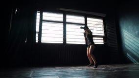 För boxningkvinna för kontur som härlig ung utbildning stansar i konditionstudio arkivfilmer