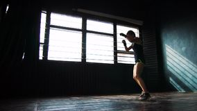 För boxningkvinna för kontur som härlig ung utbildning stansar i konditionstudioultrarapid stock video