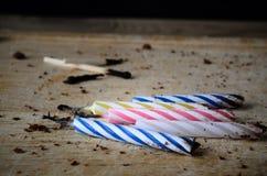 För brännskada födelsedagstearinljus och matcher ut med chokladkakan Crum Arkivbild