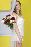 För bröllopbukett för attraktiv ung brud hållande blommor Arkivbild