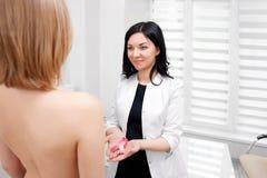För bröstcancermedvetenhet för kvinnlig doktor hållande band för rosa färger fotografering för bildbyråer