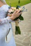 för brudbrudgum för bukett brud- händer Fotografering för Bildbyråer