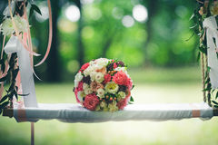 för brudbrudgum för bukett brud- händer Royaltyfria Foton