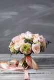 för brudbrudgum för bukett brud- händer bröllop Den härliga buketten av vit, rosa färgblommor och grönska, dekorerade med det lån Royaltyfri Fotografi