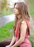 för brunett för ståenderomantiker utomhus barn Fotografering för Bildbyråer