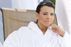 för brunnsortwhite för badrock härlig latinamerikansk kvinna Arkivbild