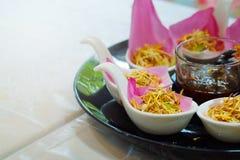 För Bua för `-Meung Kum kleeb Thailand ` gör den traditionella aptitretaren vid den många Roasted kokosnötblandningen med den tha Royaltyfri Fotografi