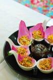 För Bua för `-Meung Kum kleeb Thailand ` gör den traditionella aptitretaren vid den många Roasted kokosnötblandningen med den tha Royaltyfri Foto