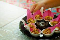 För Bua för `-Meung Kum kleeb Thailand ` gör den traditionella aptitretaren vid den många Roasted kokosnötblandningen med den tha Royaltyfria Foton