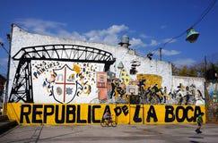 För Buenos Aires Argentina för LaBoca område spela för barn för vägg färgrikt grafitti Arkivfoto