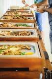 För buffématställe för utomhus- kokkonst kulinariskt sköta om Grupp människor, sammanlagt som du kan äta Äta middag begrepp för m Arkivbild