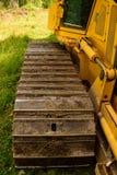 För bulldozerspår för crawlsimmare (fortlöpande spårad traktor) detalj royaltyfria bilder