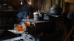 För bygdmatlagning för traditionell kines ugn arkivbilder