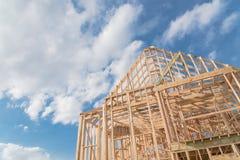 För byggandegavlar för närbild ny bråckband för tak trä, stolpe, strålframewor royaltyfri fotografi