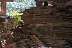För byggmästarekonstruktion för Wood teakträ brutet restert begrepp Royaltyfria Foton