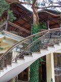 För byggnadsbeståndsdelar för arkitektur sörjer det moderna trädet för metall för tegelsten för lampglaset för trappuppgången gar Arkivfoto