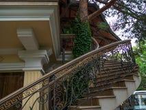 För byggnadsbeståndsdelar för arkitektur sörjer det moderna trädet för metall för tegelsten för lampglaset för trappuppgången gar Royaltyfri Bild