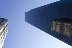 för byggnadshörn för lägenhet blå skyskrapa för reflexion för kontor royaltyfri foto