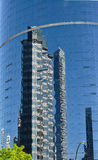 för byggnadshörn för lägenhet blå skyskrapa för reflexion för kontor Arkivfoton