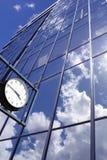 för byggnadsklocka för bakgrund blått kontor Royaltyfri Fotografi