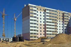 för byggnadskonstruktion för bakgrund svarta industriella rader under fönster arkivfoton
