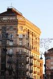 För byggnadssolnedgång för bästa sikt tid Stadsgata, forntida buidings royaltyfria bilder
