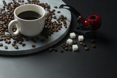 för cakeclosen för äpplet fokuserar den bakgrund suddighet koppen för kaffe upp royaltyfria foton