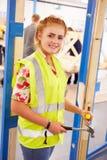 För In Carpentry Class för kvinnlig student lås passande dörr Royaltyfria Foton
