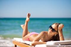 för chaisevardagsrum för strand härlig kvinna Arkivfoto